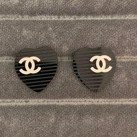 ohrringnägel großhandel-Große Marke Studded Brief Ohrstecker Designer-Serie schwarz herzförmige Ohrringe 316L Titan Stahl hochglanzpoliert Ohr Nagel