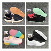 colores fluorescentes al por mayor-1 07 LV8 Utility Volt Colored Rainbow Fluorescente verde zapatillas para correr de alta calidad 1s chaussures hombres mujeres zapatillas deportivas tamaño 36-45