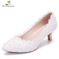 beyaz kedi yavrusu düğün ayakkabıları topuklar toptan satış-Beyaz Pembe Dantel Çiçek Parti Balo Ayakkabı Artı Boyutu 43 Gelin Düğün Ayakkabı Nedime 2 Inç Yavru Topuk Doğum Günü Hediyesi