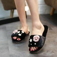 sandales roses plates achat en gros de-créateur de mode pantoufles en fourrure de camélia femmes cristal et perles décoration hiver sandales talon plat en cuir tongs diapositives c140