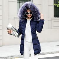 abrigo de piel para mujer al por mayor-Para mujer chaquetas de invierno y abrigos 2018 Parkas para mujer 4 colores chaquetas acolchadas Outwear caliente con una capucha gran cuello de piel sintética