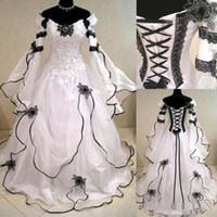 mangas de vestidos de casamento gótico preto venda por atacado-2020 vestidos de casamento do vintage Plus Size Gothic uma linha com mangas compridas laço preto espartilho Back Capela Trem vestidos de noiva para Garden Country
