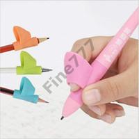 lapiceros al por mayor-Escribiendo Finger Grip niños de Grip Aid herramienta de la corrección de la postura niños pequeños titular de lápiz de colores sostenedor de la pluma de la pluma de silicona