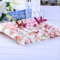 sünger kıyafetleri toptan satış-1 Takım / 5 adet Elbise Askısı Çiçekler Sünger Yastıklı Elbise Askıları kaymaz Giysi Raf Ev FZ2198 için