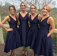 juniors formale kleider marineblau großhandel-2020 Garden Short High Low Brautjungfernkleider Mit Taschen Navy Blue Günstige V-Ausschnitt Falten Trauzeugin Kleider Formale Junior Brautjungfern Kleid
