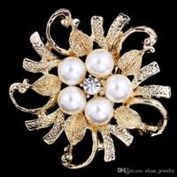 ingrosso spille in cristallo d'oro-A buon mercato perla e cristallo strass fiore spilla in oro placcato da sposa bouquet fiore spilla donne costume corpetto