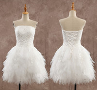weißes trägerloses minihochzeitskleid großhandel-Kurze Brautkleider Günstige Applikationen Knielanges Trägerloses Backless Little White Dress Frühling Sommer StyleTulle Rüschen Brautkleider