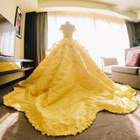 бальное платье свадебное платье tiered оптовых-Удивительные Бальное Платье Свадебные Платья Желтый С Плеча Кружева Аппликации Многоуровневого Свадебные Платья Саудовский Арабский Свадебные Платья На Заказ