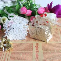 lasergeschnittene geschenkboxen großhandel-50pcs Laser geschnittene weiße und beige Schmetterlings-Hochzeits-Süßigkeits-Kasten im Perlglanzpapier, Hochzeitsfestgeschenk Schokoladen-Kasten