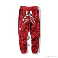 pantalones de camuflaje morado al por mayor-Nuevos hombres de algodón de tiburón Camo Causal pantalones hombres Casual azul rojo púrpura camuflaje monopatín Hip Hop pantalones sueltos Streetwear