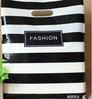 sacs cadeaux en plastique achat en gros de-Mode 25X35cm Noir Bandes Vêtements Sacs En Plastique Bijoux Cadeau Sac Shopping Bags 100 pcs Au Détail