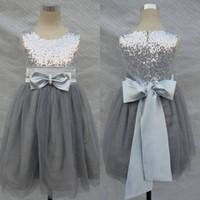 kanama gelinlik yâkaları toptan satış-Bling Bling Çiçekler Kız Elbise Düğün Gümüş Gri Sequins Kanat Bow Tül Çiçek Kızların Örgün Önlük