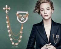 broches de medalla al por mayor-Estilo coreano perla borla cadena pin broche insignia Cruz corsage medalla broche alas de ángel estrella broches
