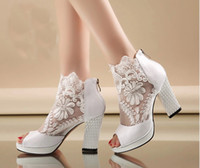 Tacones Altos Vestido Blanco Baratos-Nueva Moda Peep Toe Summer Wedding Boots Sexy White Lace Prom Tarde Party Shoes Nupcial High Heels Lady Formal Vestido Zapatos