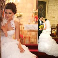 tienda de forro al por mayor-Maya Nasri Vestidos de novia Halter Tul blanco y encaje Vestidos de bola Corte de tren Faldas escalonadas Vestido de novia para novias en línea Tienda
