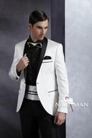 melhores vestidos de baile branco venda por atacado-Best Selling One Button Xaile Lape Branco Noivo Smoking Homens Casamento / prom Vestidos Terno (jaqueta + calça + gravata + Cinturão) Não 01