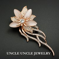 Rose Gold Color White Opal e Rhinestone austriaco con borchie Classic Lotus Flower Design Luxury Lady Brooch all'ingrosso