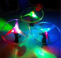 ingrosso arrow helicopter-Incredibile Flash giocattoli volanti dell'elicottero della freccia novità gioca il giocattolo giocattoli volanti LED a tre emettitori di luce Pull bambini giocattoli dei regali di Natale