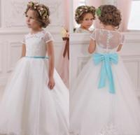 çocuklar uzun mavi tüllük elbisesi toptan satış-Ucuz Beyaz Dantel Çiçek Kız Communion Elbise Küçük Bebek Kız Abiye Uzun Tül Çocuklar Mavi Kanat Çocuk Çocuk Abiye Düğün Için