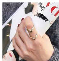 anillos de dedo v al por mayor-Joyería coreana de la manera Anillos de oro para las mujeres Personalidad Triángulo doble V Triángulo Estilo Astilla Anillo de dedo medio Mujeres Anillos