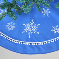 Compra Pannello Esterno Della Nappa All'ingrosso-All'ingrosso- Ricamo a fiocco di neve con nappe Bobble Border Blue Polar Fleece Christmas Tree Skirt 50