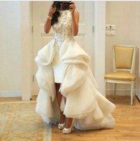 vestido de novia de volantes plisado marfil al por mayor-Vestidos de boda árabes Alto bajo Apliques Cuello escote Funda Volantes Vestido de boda con gradas de marfil Organza Plisados Vestido de novia de playa