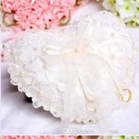 almofada de casamento em forma de coração venda por atacado-Barato Laço Branco Pérolas Anéis Travesseiros Organza Lace Bearer Com Flor Cristais Fita Em Forma de Coração Anel Almofadas Acessórios Do Casamento