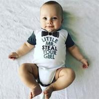 heißes nettes kleines mädchen großhandel-Der niedliche Halsbogen-Spielanzug des Babys kleiner Herr stehlen Ihren Mädchen-Neugeborenen Kurzarm onesie ins heiße Buchstaben, die Babykleidung A08 drucken