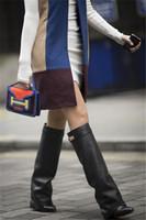 bagaj kayışları diz yüksek toptan satış-Ünlü Yeni Moda Süet / Deri Ayakkabı Kadın Sivri Burun Motosiklet Patik Kemer Kayışı Metal Köpekbalığı Kilit Kama Diz Yüksek Çizmeler Kadın