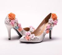 weiße satin brautjungfer schuhe großhandel-Nach Maß elegante Brauthochzeitsschuhe weiße Satin-Blumen-Absatz-Dameschuhe Neue angekommene spitze Zehen-Frauen-Brautjunfer-Schuhe
