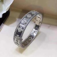 bracelet en trèfle de diamant achat en gros de-Nouvelle conception 1,0 cm largeur Top qualité en laiton matériel amour punk bracelet avec fleur de trèfle et diamant pour les femmes dans 5.9 * 4.9 cm bijoux cadeau PS6209