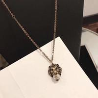 ingrosso testa in ottone-La collana d'ottone lussuosa d'ottone del pendente della testa del leone con la perla della natura decora e timbrica il gioiello di giorno di natale dei gioielli della collana di fascino del bollo