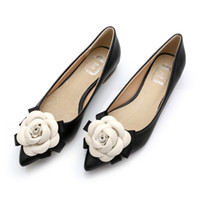 flor de camélia de couro venda por atacado-Estrela com um pouco de pimenta Coreano Camellia flattie forro de couro apontou sapatos doces flores sapatos