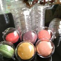 cajas de plástico macaron al por mayor-1000 unids / lote 5 cm diámetro Macaron bola de plástico árbol de navidad decorativo caja de dulces transparente con agujero de colgar