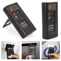 medidores de radiación al por mayor-Detectores de Radiación Digital LCD Detectores Medidores EMF Detector de Tester Electromagnético Dosímetros DT1130 Batería de 9V incluida en el paquete de venta al por menor