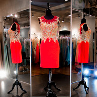 Red Fitted Short Cocktailkleider Gold Appliques Bodic High Neck Illusion Zurück Bleistiftrock Real Fotos Homecoming Kleider Party Abend