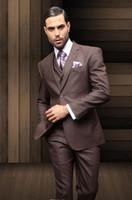 groomsmen chalecos chaqueta marrón oscuro al por mayor-Venta caliente Brown oscuro Formal hombres trajes dos botones novios padrinos esmoquin muesca solapa boda novio trajes de la mañana chaqueta + pantalones + chaleco + corbata