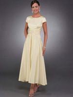 vestidos de noiva amarela venda por atacado-Mãe da noiva amarelo claro vestido de mangas curtas meados de bezerro comprimento do chá ruched senhora festa mãe do noivo vestido vestidos de noite