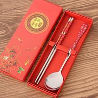 ingrosso set regalo di chopstick cinese-Bacchette in acciaio inossidabile all'ingrosso-cinese set con cucchiai bei regali per gli ospiti della festa nuziale ricchi presenti stoviglie in porcellana KZHL003