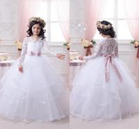 pembe organze kurdele toptan satış-Beyaz Balo Elbisesi Organza Çiçek Kız Elbiseleri PUFFY Prenses Uzun Kollu Dantel Gelin Elbiseleri Pembe Şerit Omuz Tasması Kravat Sayfa Elbiseleri