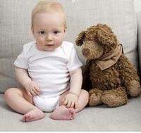 baby jungen weißen spielanzug anzug großhandel-Baby-Spielanzug-Klage-Sommer-Säuglingsdreieck-Spielanzug Onesies 100% Baumwolle Kurzes sleeved Babykleidungs-Jungenmädchen reine weiße volle Größen auf Lager