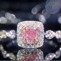 anillos de compromiso imitacion oro blanco al por mayor-Anillo de bodas de piedra lateral rosada cuadrada Micro pavimenta imitación diamante oro blanco plateado princesa anillos de compromiso para mujeres damas