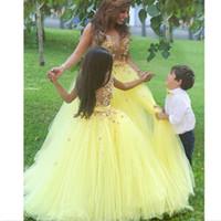 vestido de botón amarillo al por mayor-2018 Vestidos del desfile de la muchacha del vestido de bola amarillo más nuevo Apliques del botón de tul con cuentas Vestidos de niña de las flores Vestidos del desfile de los niños