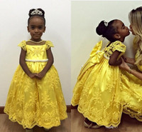 vestido de niña de flores de lazo amarillo al por mayor-2018 encantadora niña de flores amarilla vestidos de boda tradicionales mangas capsuladas Big Bow Sash Vintage Lace Ball Ball Girls Pageant Vestidos