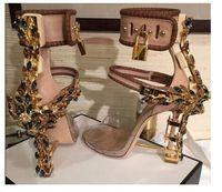 kleid diamant schuh großhandel-Luxus Metallic Lock Frauen Rom Sandalen 10 Farben Damen Einzigartige Diamanten Heels Pumps Rihanna Peep Toe Hochhackige Kleid Hochzeitsschuhe