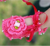 zapatos de bebé de ganchillo blanco al por mayor-Nuevos zapatos de bebé Zapatos de ganchillo de bebé Perla de flores Niños Zapatos hechos a mano Zapatos de niño pequeños de algodón Walker 0-12M Rosa / Blanco / Rojo rosa K2464