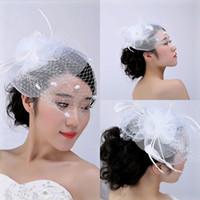 accesorios de plumas blancas al por mayor-Cara blanca velo baratos sombreros de novia 2016 accesorios nupciales de la vendimia con la pluma de tul lindo pequeño sombrero para novias headwear nueva moda