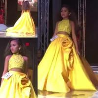kızlar yular top elbiseleri toptan satış-2018 Sparkly İki Adet Kız Pageant Elbiseler Halter Boyun Kolsuz Sequins Kırpma Üst Sarı Çiçek Kız Çocuklar Örgün Törenlerinde El Yapımı Çiçekler
