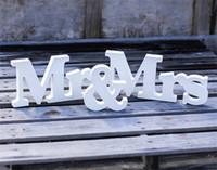 suministros de boda al por mayor-Signo de boda de madera Apoyos de la fotografía Decoración de la bodaPersonalizado Sr. Sra. + Nombre personalizado Placas de madera MDF Signos Suministros de la boda