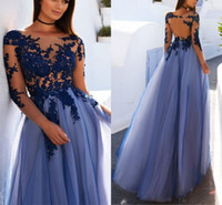 Compra Abiti Blu Scuro In V Collo-Abiti da sera a maniche lunghe Sheer Neck Illusion Corpetto Appliques Tulle Lunghezza pavimento Backless Prom Dresses Royal Blue Evening Gowns